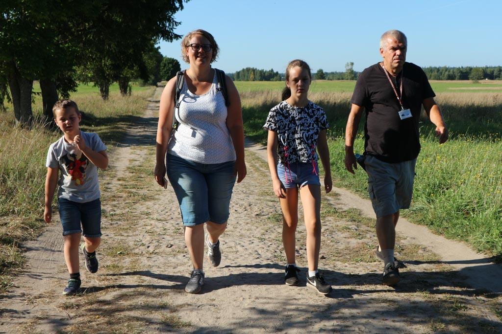 Yes, we laten het paleispark achter ons en lopen naar het beschermde reservaat van Bialowieza.