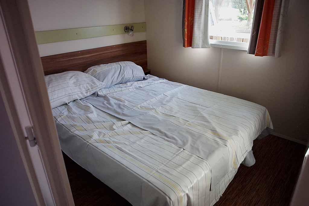 Onze slaapkamer waar het te warm is voor dekbedden