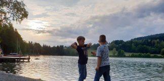 Niets leukers dan steentjes gooien in het meer als de zon onder gaat camping-maltschacher-see-karinthië (20)