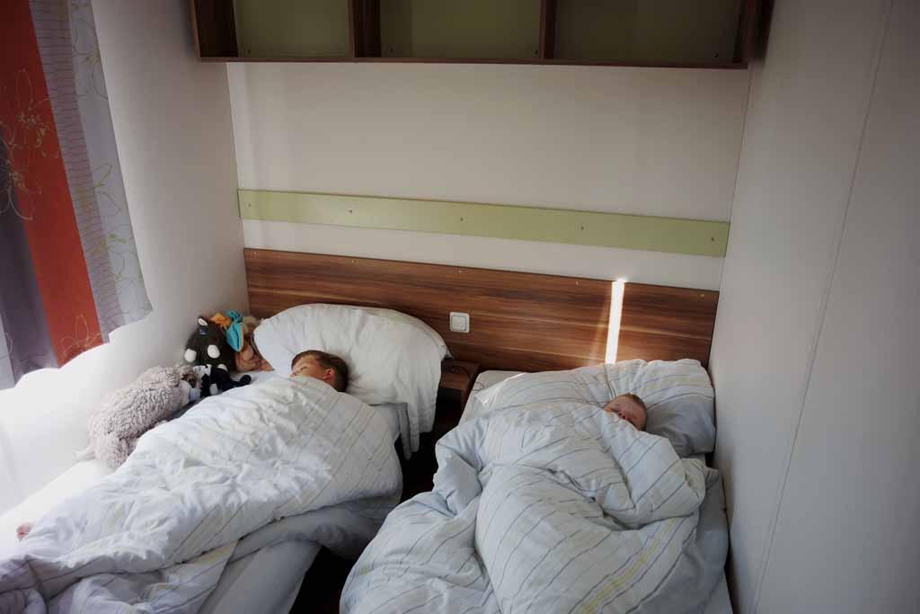 De heren slapen wonderwel in hun caravan bedden