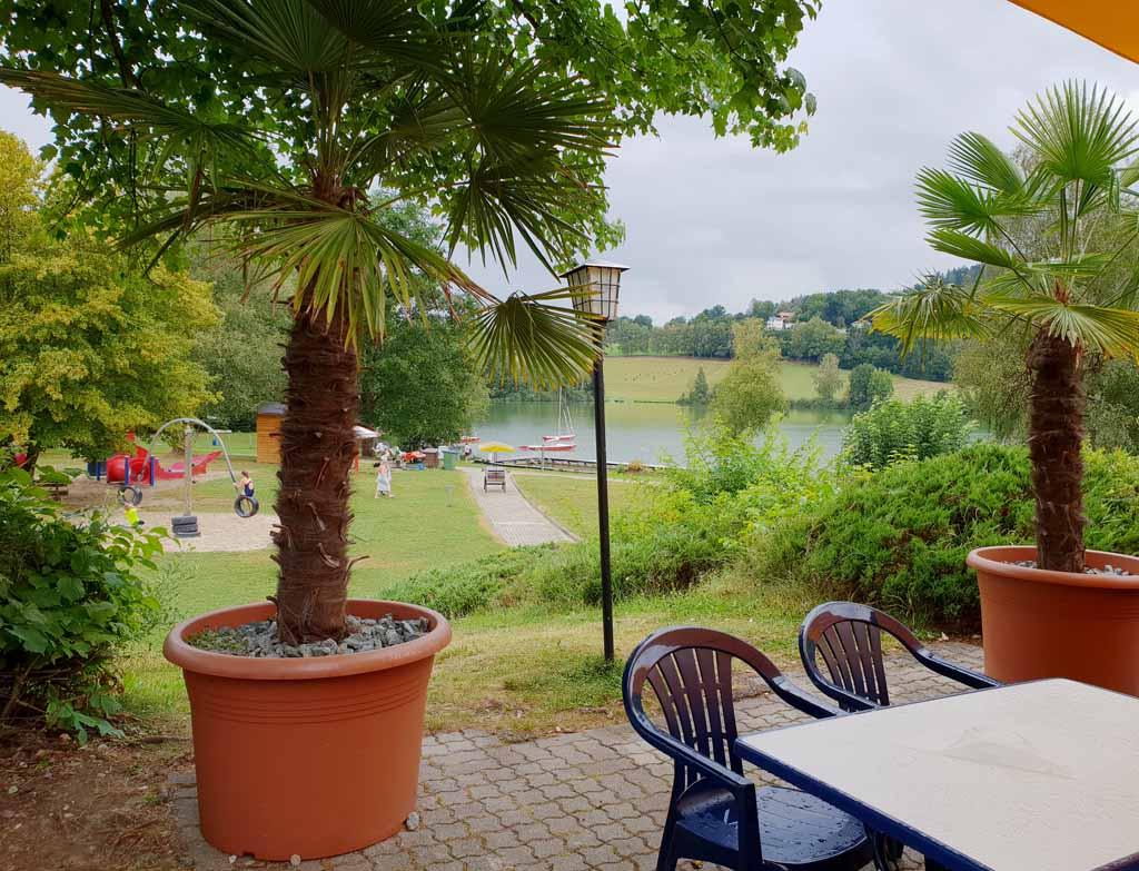 Vanaf restaurant Seehaus heb je uitzicht op het meer