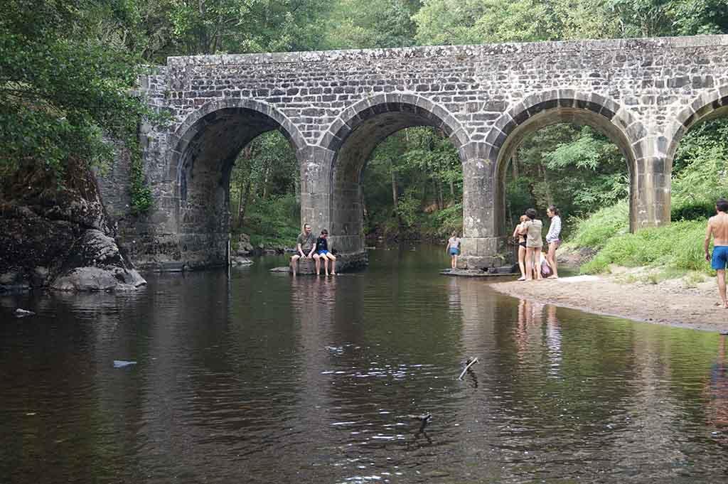 Bij de Pont Binot bij het Gallische dorp is het heerlijk in de rivier poedelen