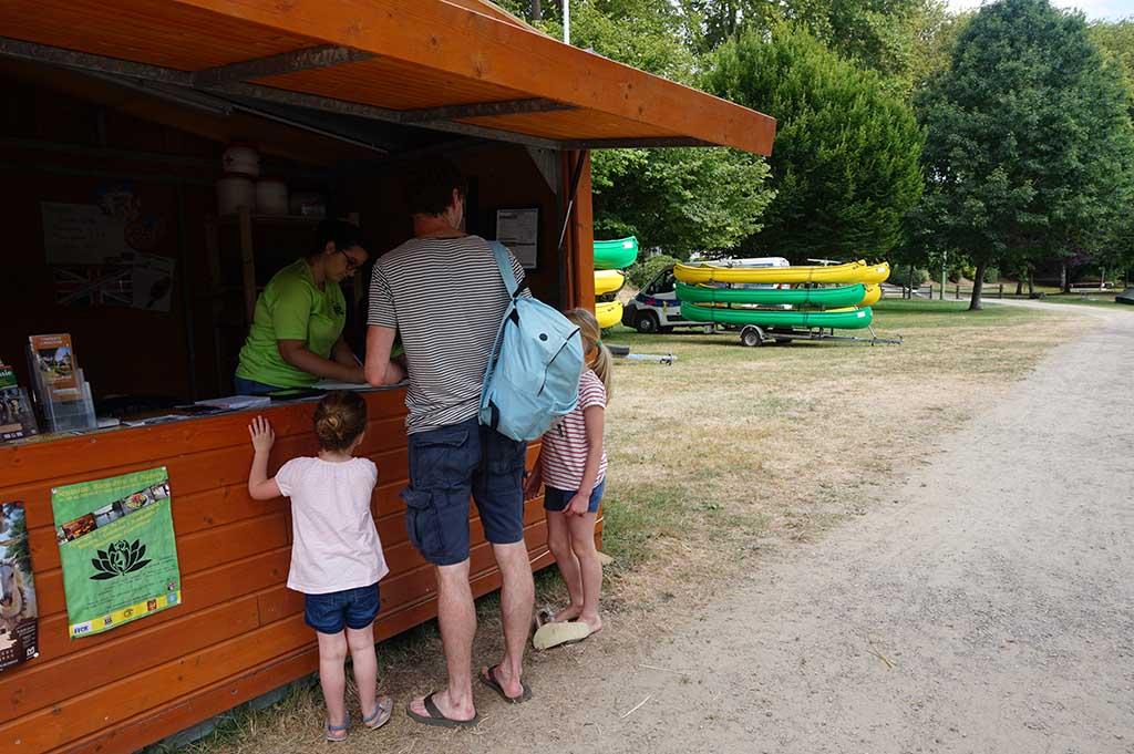 Bij de kiosk aan de rivier in Confolens kan je een kano reserveren