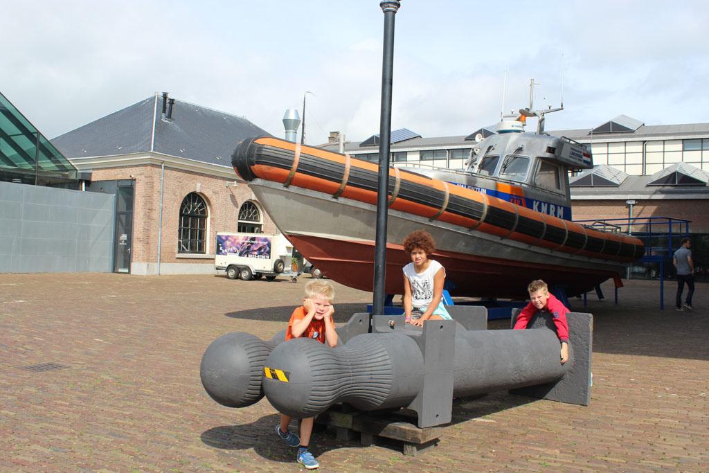 Bij deze reddingsboot naar achteren lopen en dan zie je rechts de ingang naar het Reddingsmuseum
