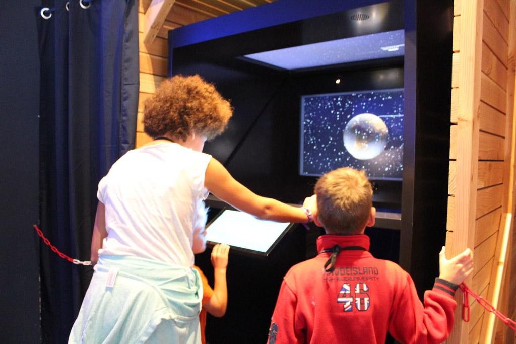 Tegenwoordig wordt een schip dat hulp nodig heeft, opgespoord met satellieten. De kinderen leren hoe de exacte locatie van het schip wordt bepaald.