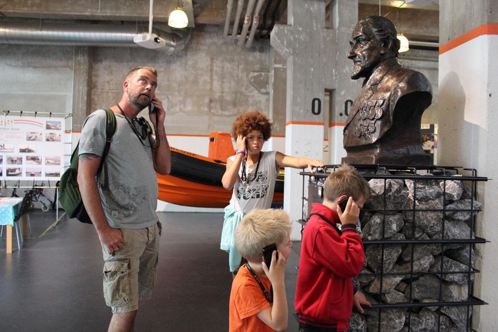 Dorus Rijkers kijkt bij de start van de audiotour streng op ons neer in Reddingsmuseum Dorus Rijkers.