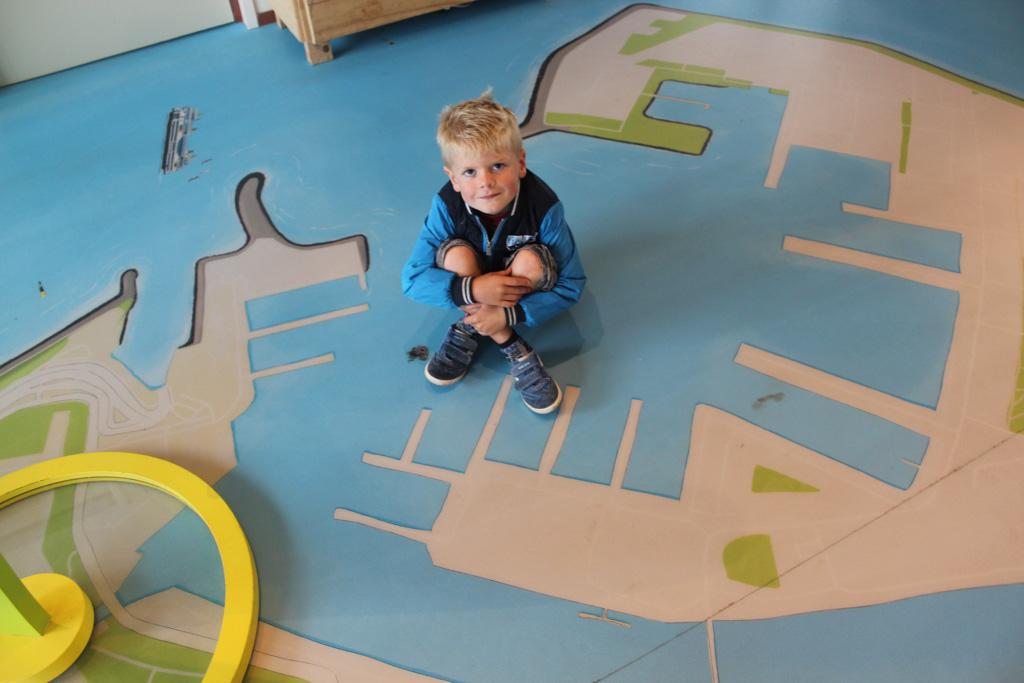 Op de vloer van het bezoekerscentrum is de plattegrond van de kop van Noord-Holland aangebracht.