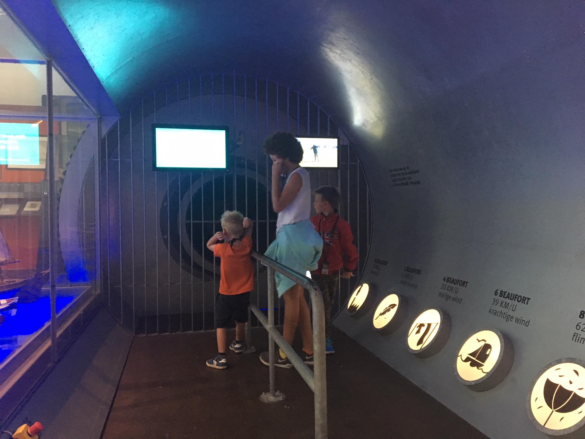 In de windtunnel voelen we hoe een forse storm voelt.