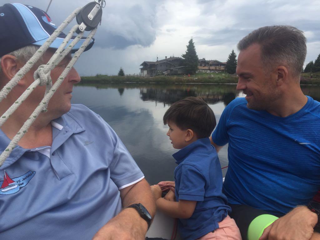 Dinand vindt het erg leuk in de zeilboot.