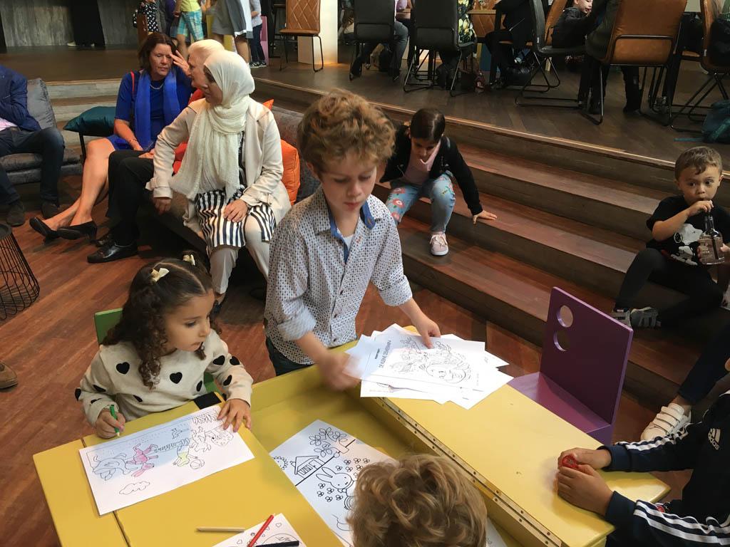Voor de voorstelling begint, mogen kinderen Kikker-kleurplaten inkleuren.