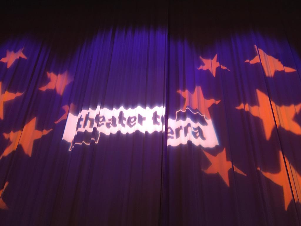 Vol spanning wachten we tot de gordijnen opengaan. Theater Terra maakt al jaren kindervoorstellingen, we zijn benieuwd of Kikker en de vallende ster ook weer zo leuk is.