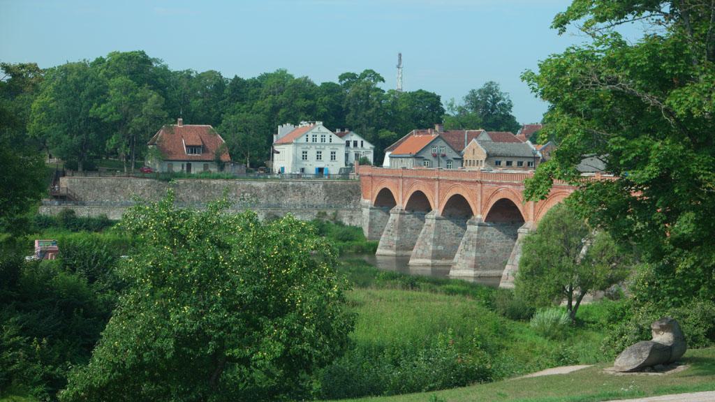 De bakstenen brug van Kuldiga.