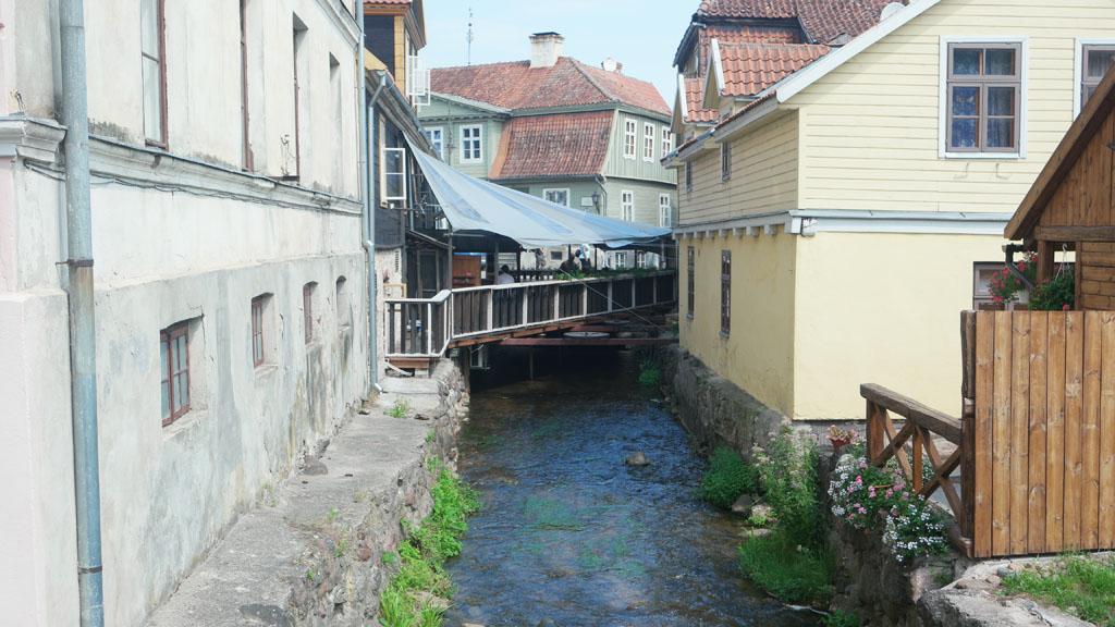Het riviertje dat enigszins verstopt door het centrum stroomt.
