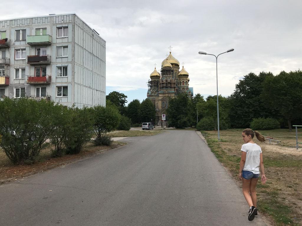 Rondom de Russisch-Orthodoxe kerk staan Sovjet-flats.