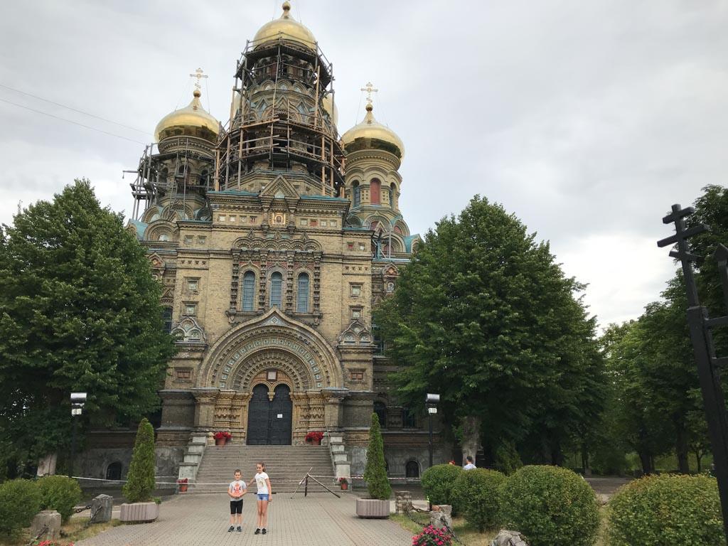 Het is voor het eerst dat de kinderen zo'n soort kerk zien.