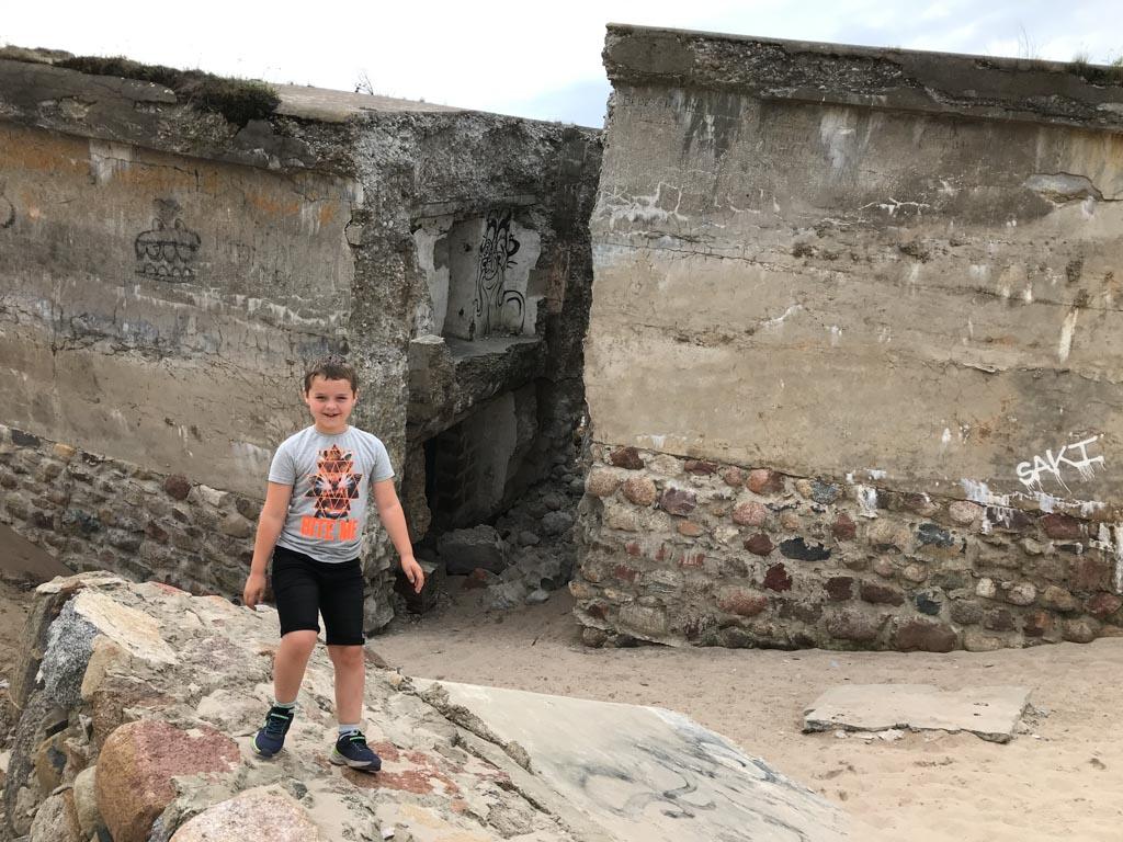 Camiel vindt het erg leuk om op de bunkers te klimmen.