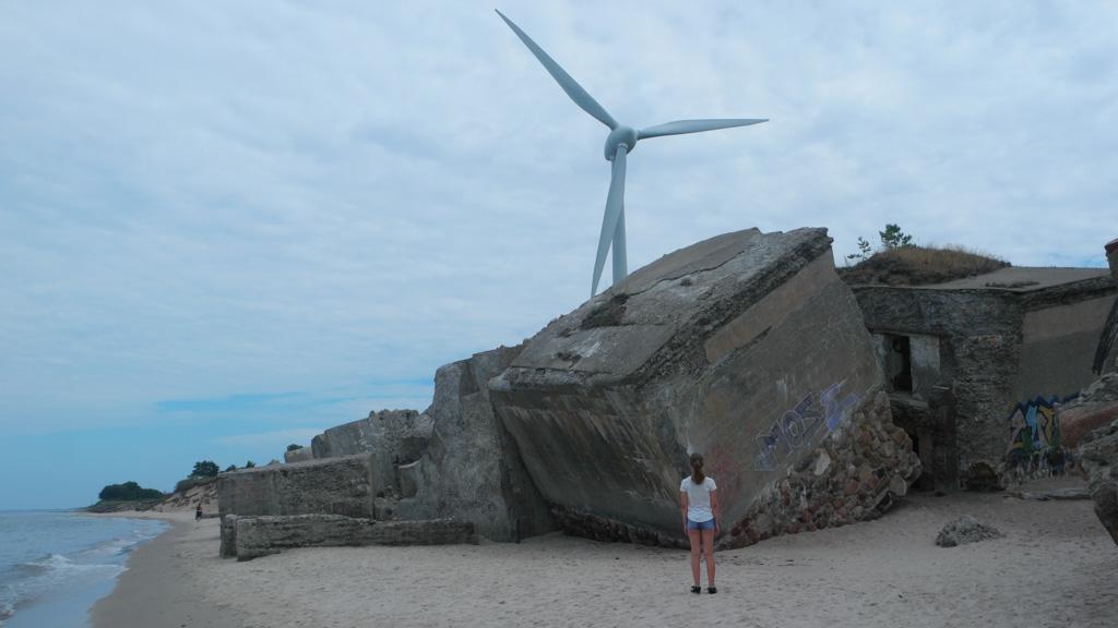 Bij de bunkers staat een windmolen, een bijzonder contrast in het landschap.