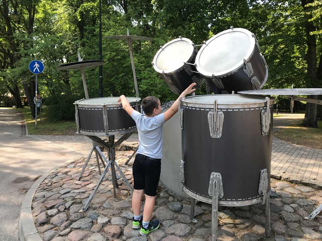 Een gigantisch drumstel waar echt geluid uitkomt.