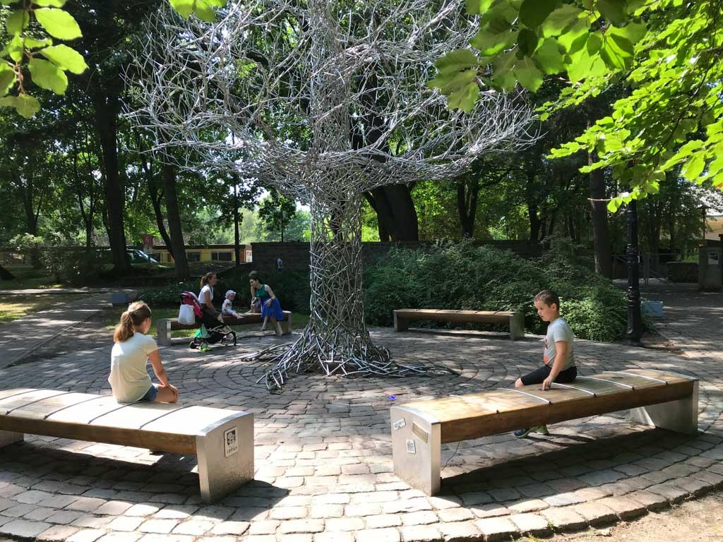 Bij deze kunstige boom is er ook iets met muziek gedaan.