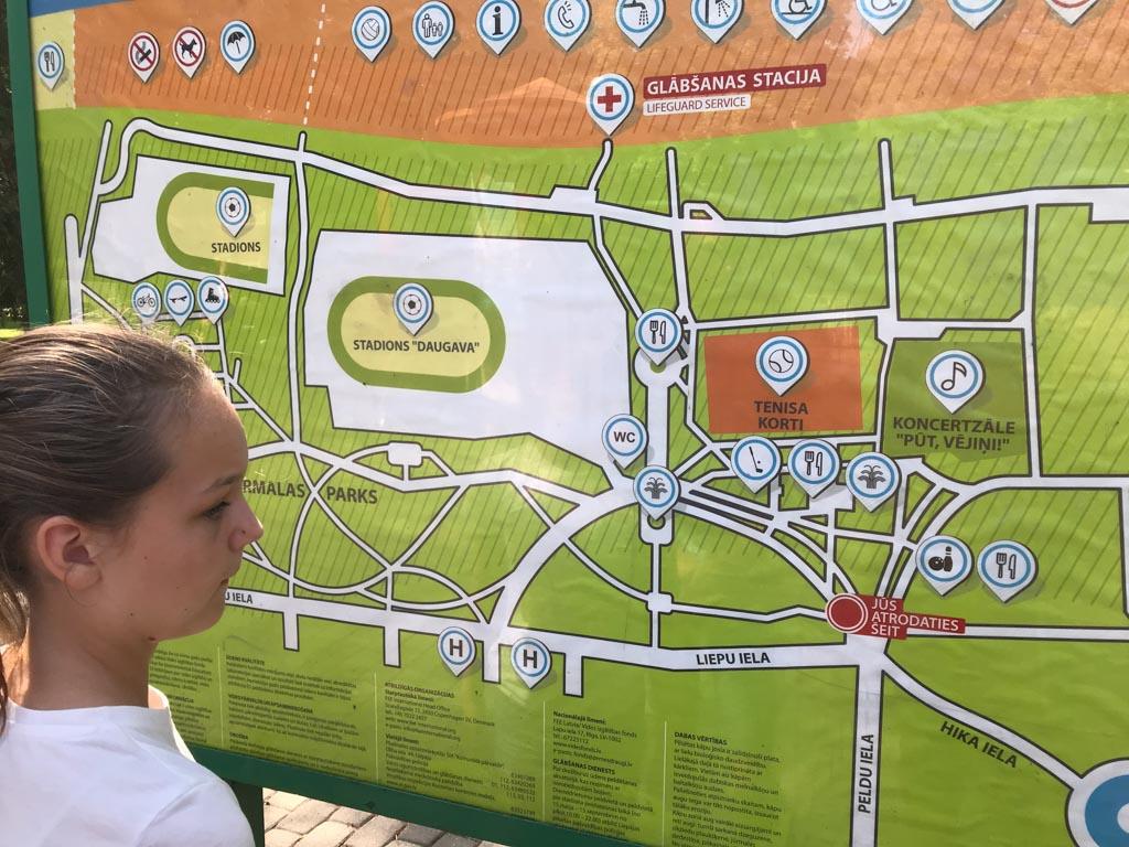 Maureen kijkt op de kaart waar ze allemaal langs wil lopen.