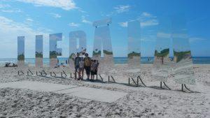 Als we via het park op het strand komen zien we direct de beroemde Liepaja-letters.
