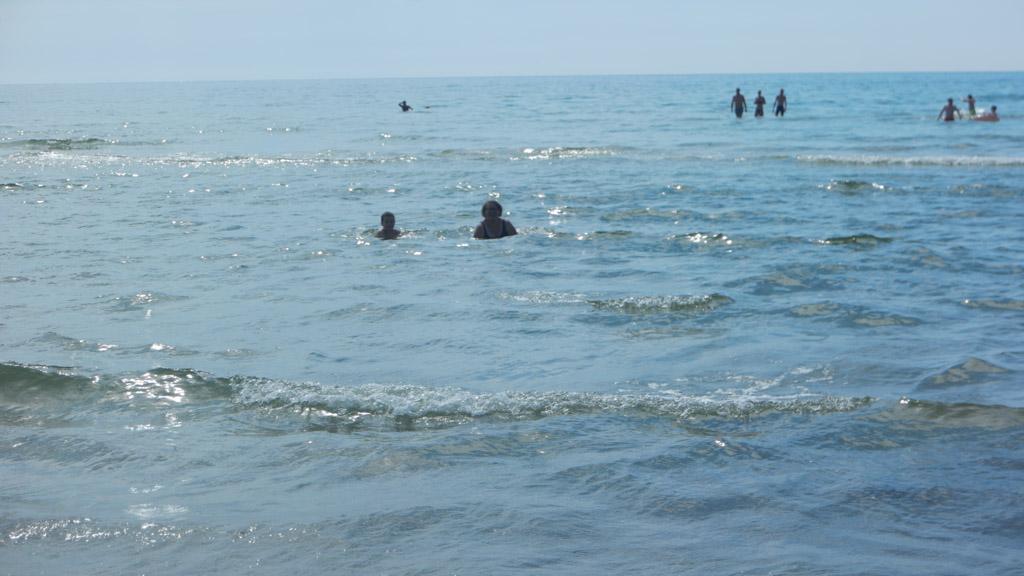 Camiel en ik zwemmen in zee. Later komt ook Maureen erbij.