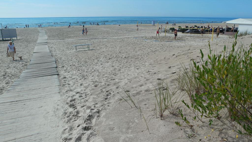 Het strand is schoon en breed.