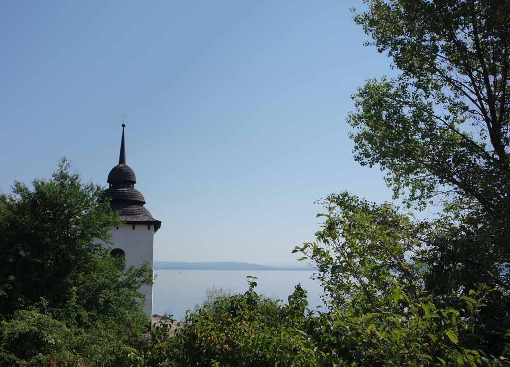 Vanaf de weg zie ik de witte toren en het meer