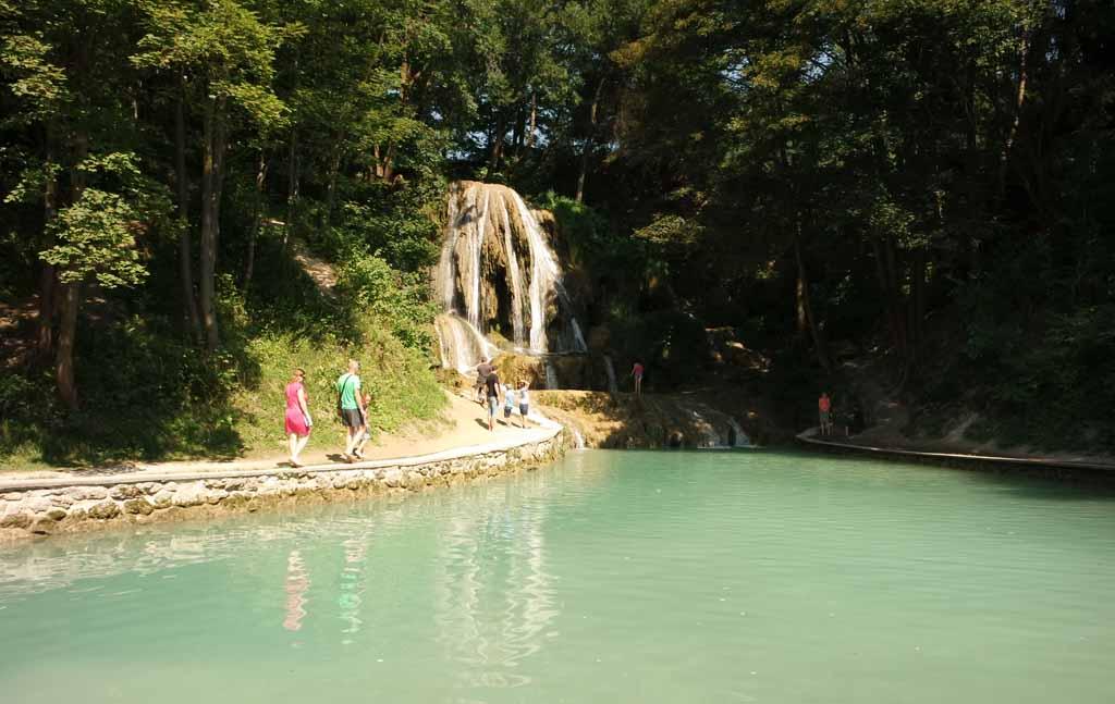 De watervallen van Lúčky, gewoon midden in het dorp liptov-regio-in-slowakije