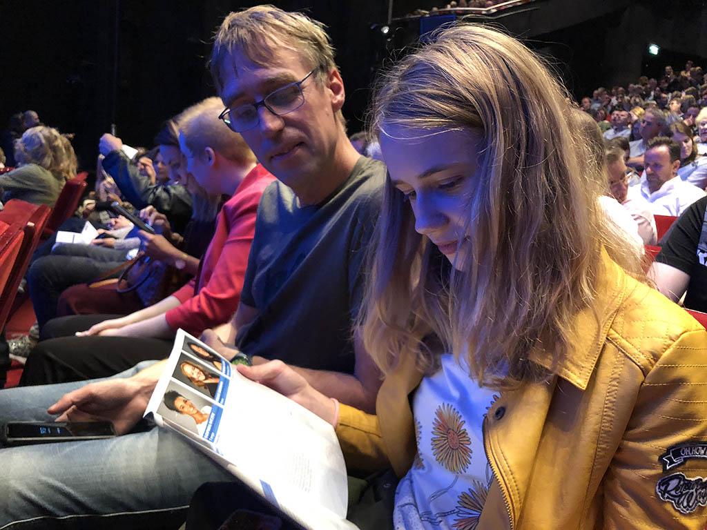 Emma neemt nog even het programmaboekje door voordat het begint