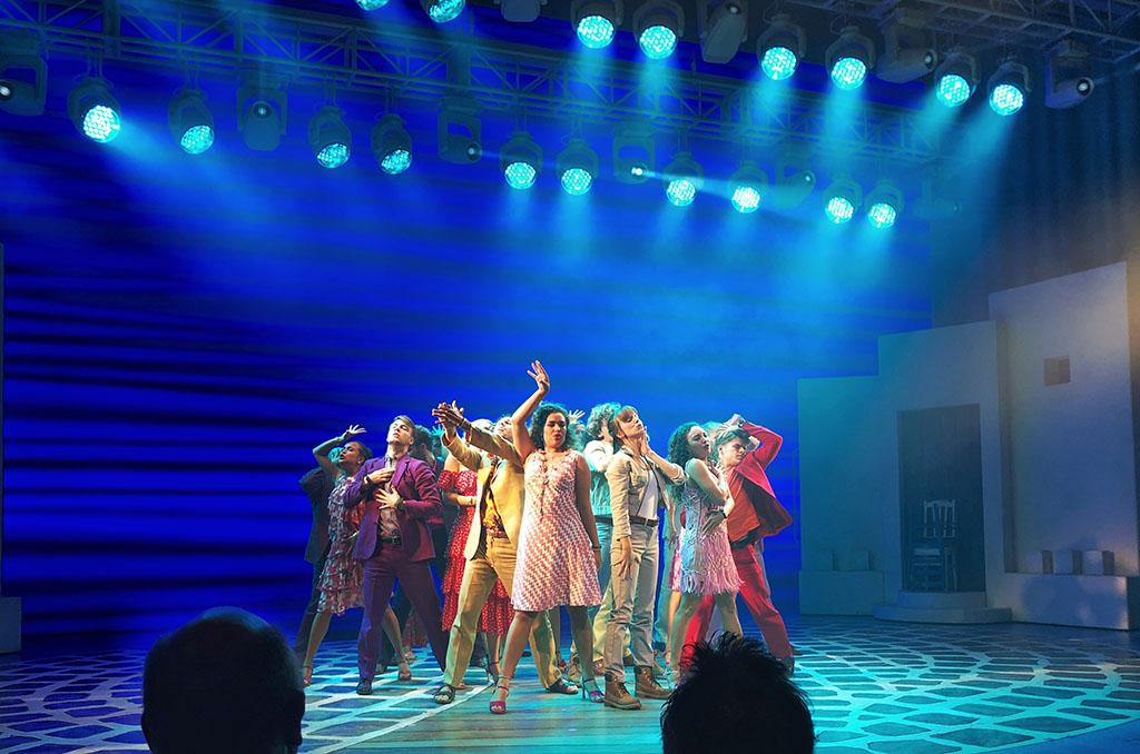 Aan het einde van de musical zingt en danst de hele cast nog een paar Abba-nummers