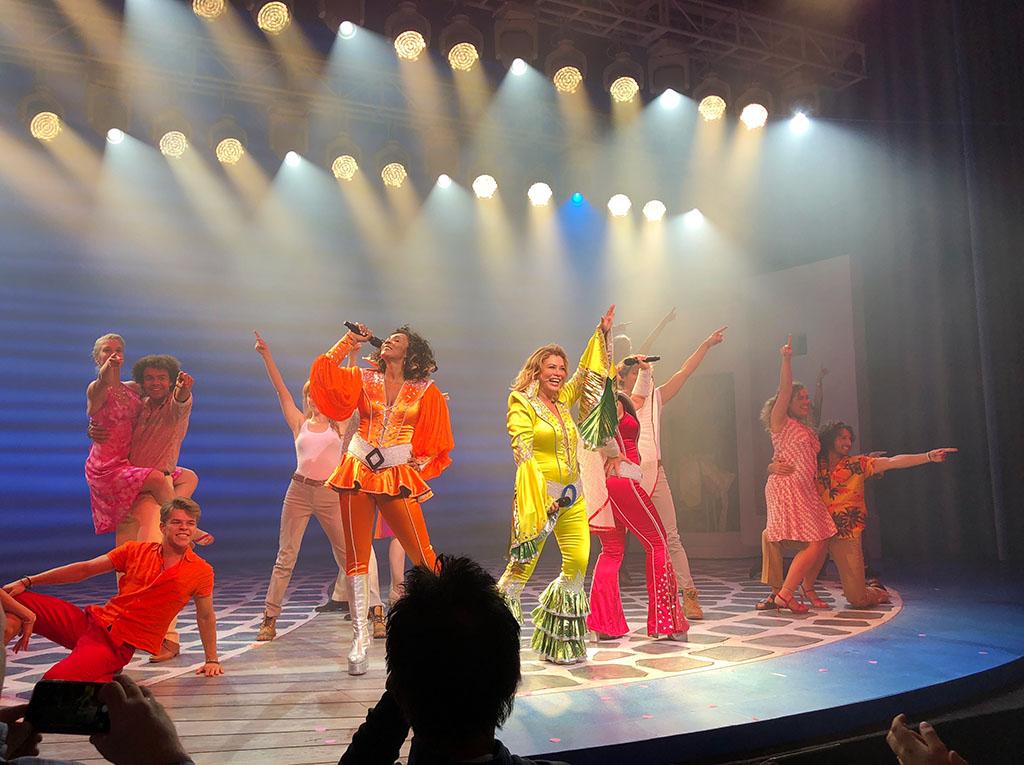 Een kleurrijk feest tijdens Mamma Mia! de musical
