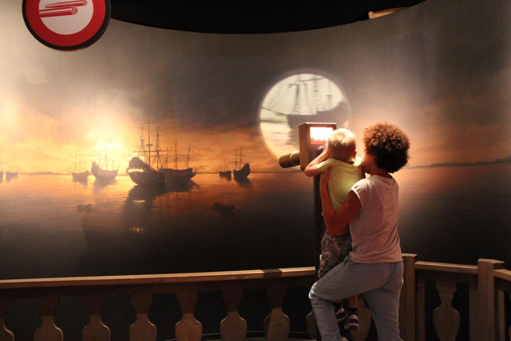 Tijmen op de uitkijk (met hulp van Zara). Ze zijn betrokken in de zeeslag Tocht naar Chatman met Michiel de Ruyter.