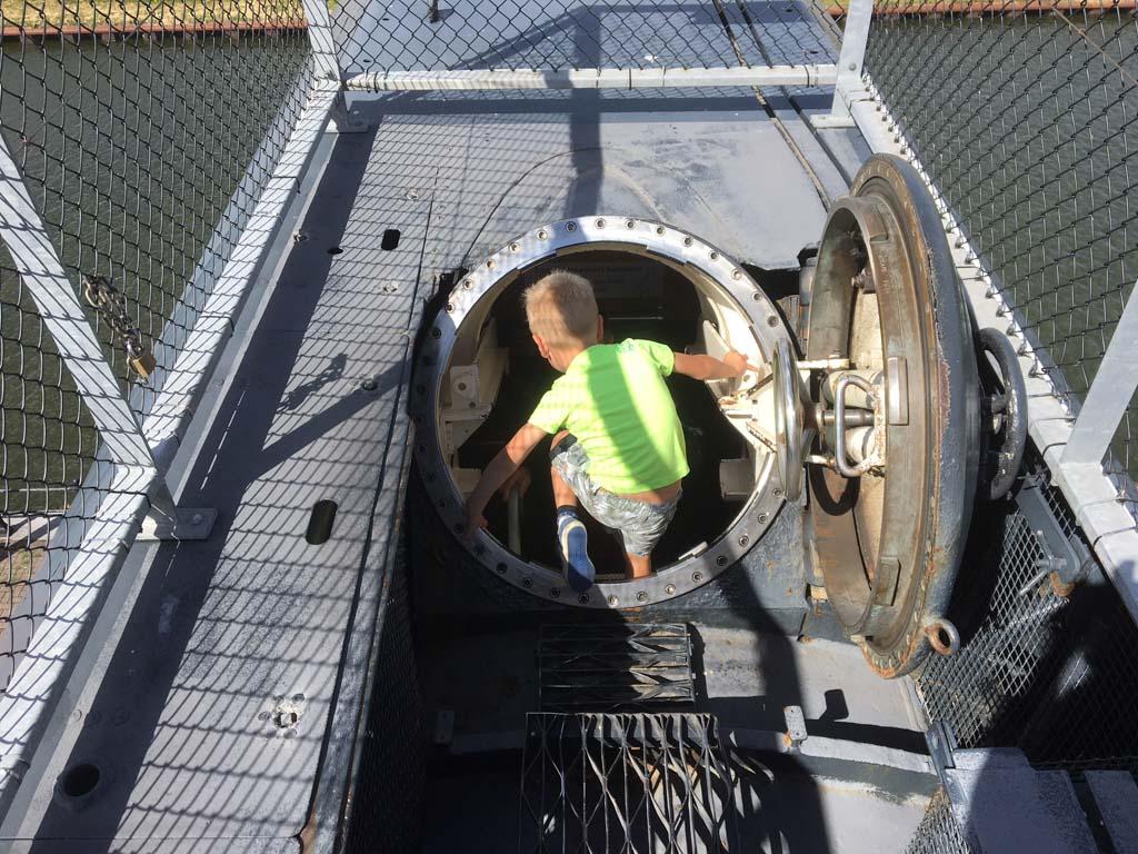 Door een luik gaan we de onderzeeboot in.