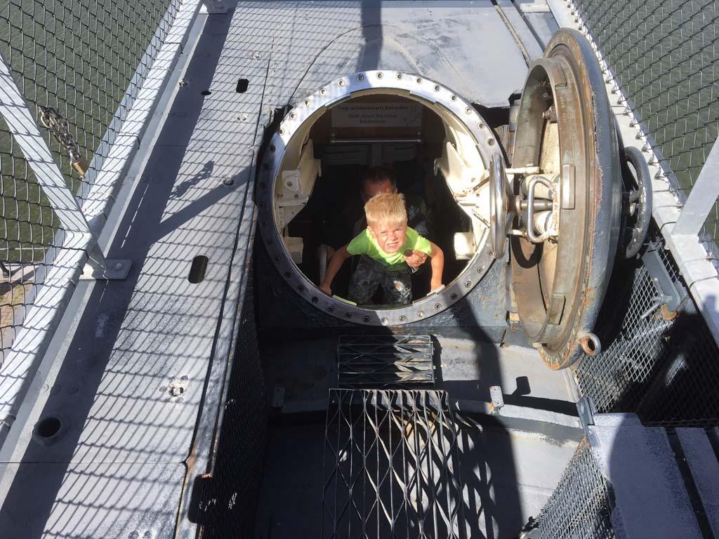 De toegang tot de Tonijn is een smalle trap. Niet aan te bevelen met een kind in rug- of buikdrager.
