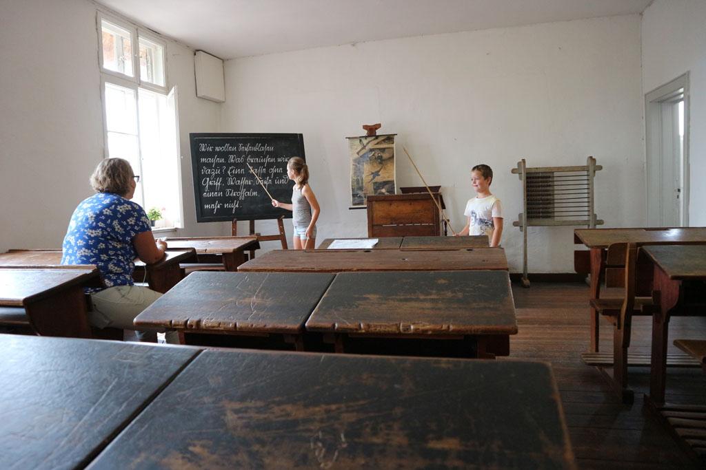 Terug naar 1900 in dit klaslokaal in het openluchtmuseum.