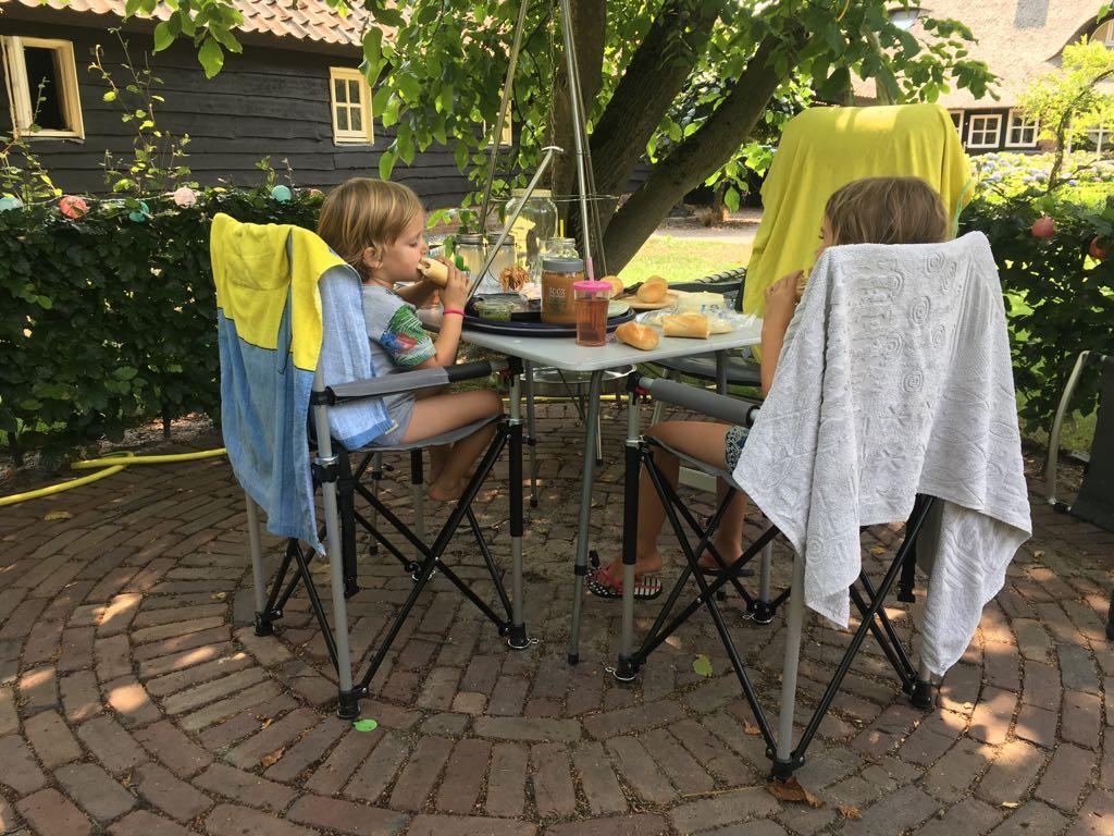 Eindelijk kunnen de kinderen ook aan de hoge tafel zitten.