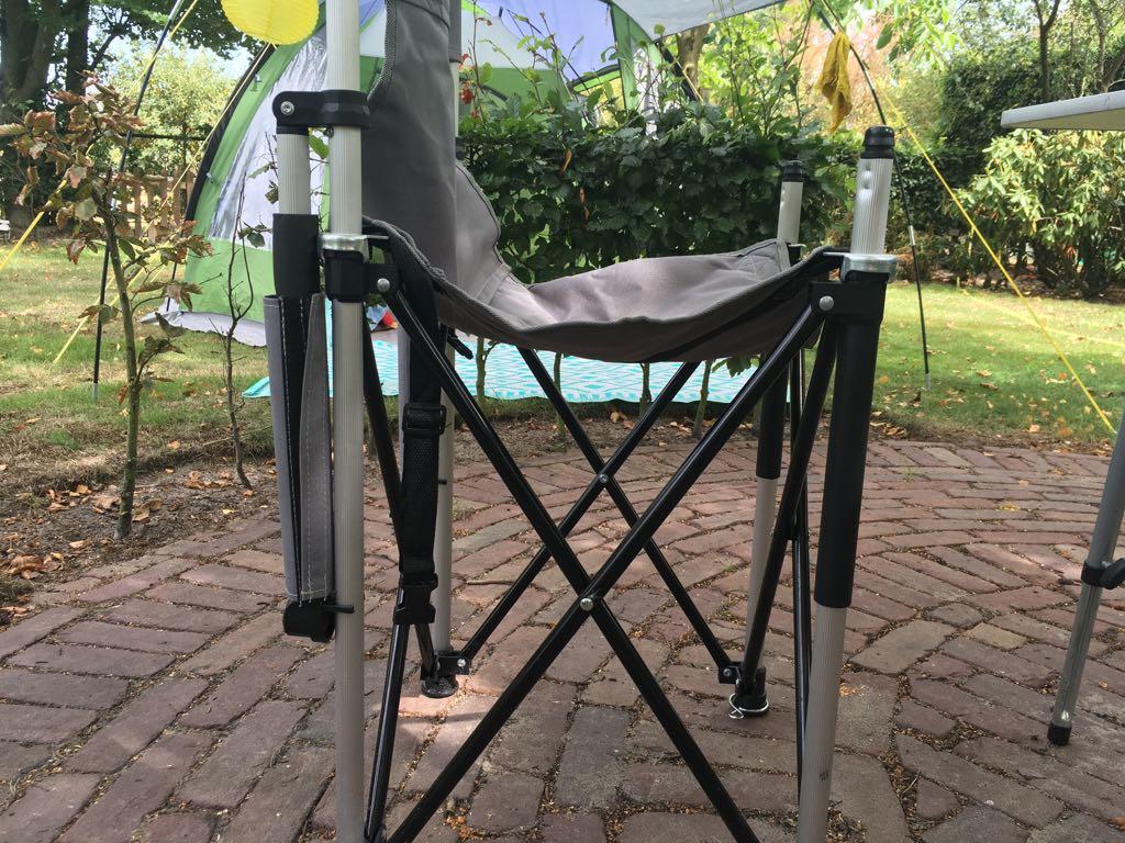 De armleuningen zitten nog aan de achterpoten vast en je ziet dat de stoel nog niet is opgespannen.
