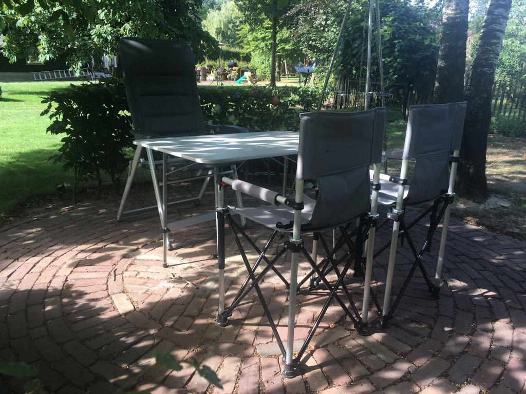 Er passen precies twee stoelen naast elkaar aan de lange zijde van de tafel.