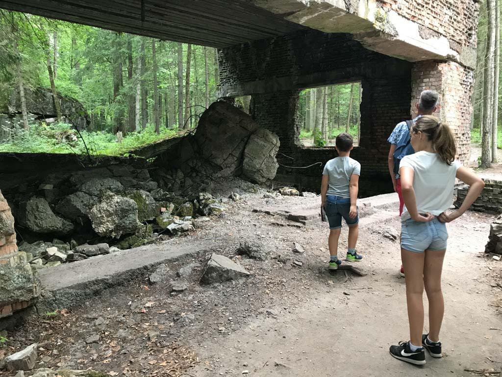 Wolfsschanze is goed met kinderen te bezoeken, maar het is niet de bedoeling dat ze gaan spelen in de ruines.