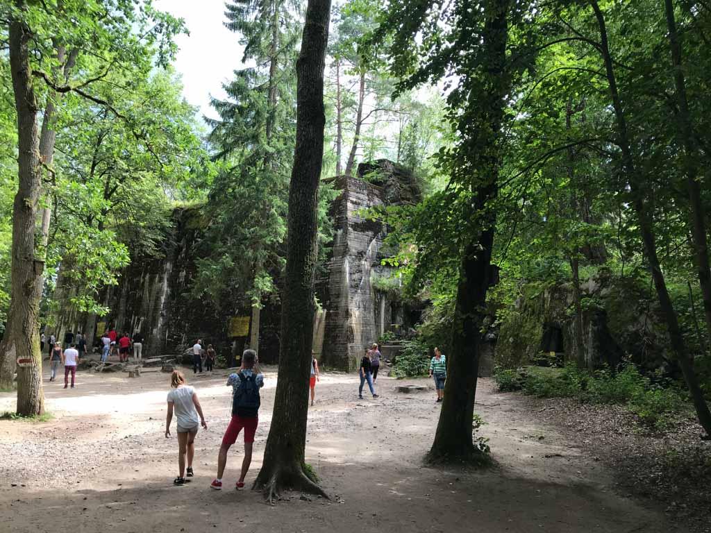 Tussen de bomen door zien we opeens de bunker van Hitler.
