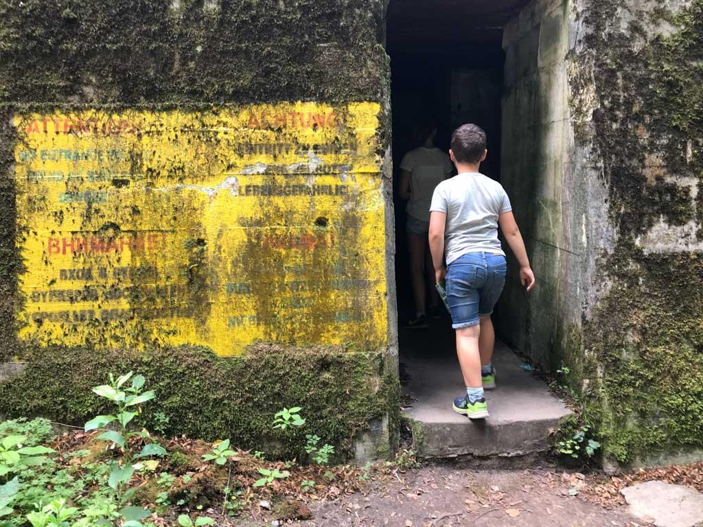 Ook bij de bunker van Göring hangen waarschuwingsbordjes, maar we mogen hier wel naar binnen.