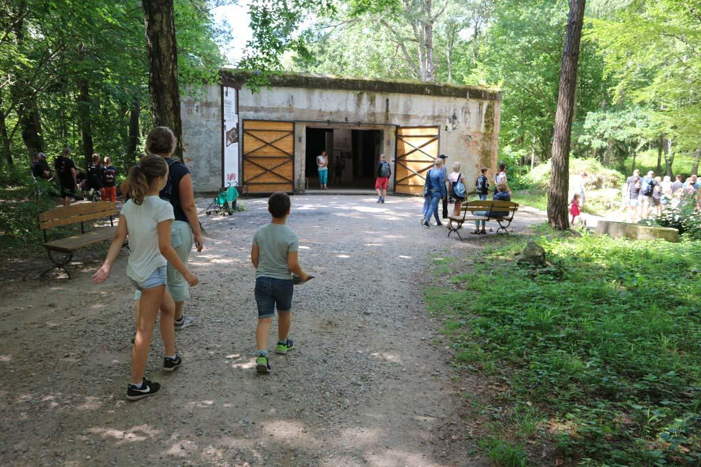 De barak met een museum erin.