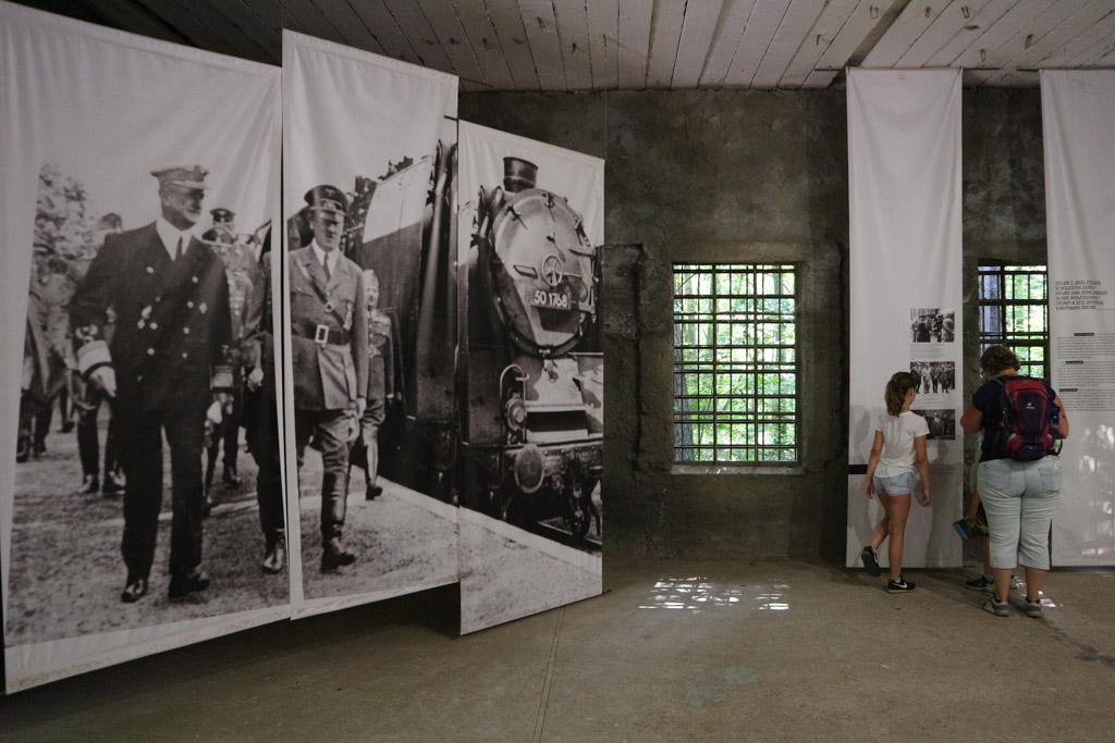 Grote en kleine foto's vertellen, aangevuld met teksten, het verhaal van Hitler en de Tweede Wereldoorlog.