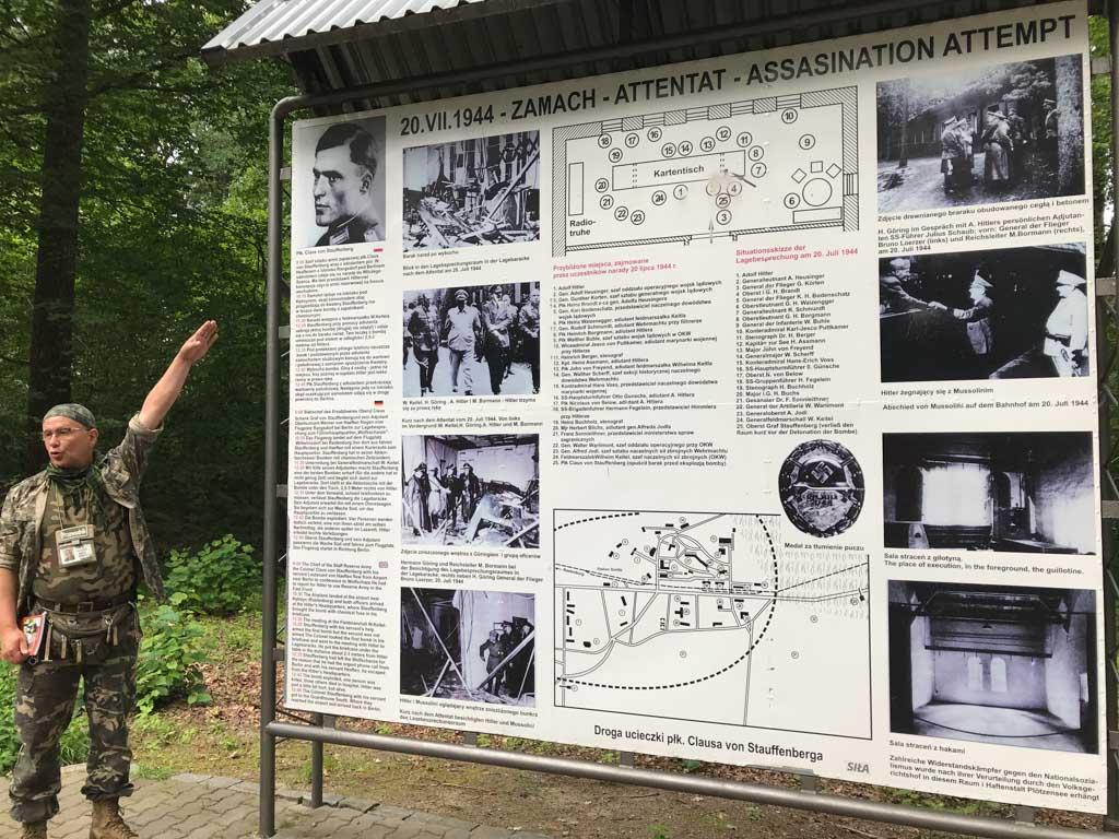 Een uitgebreid bord met informatie over de aanslag.