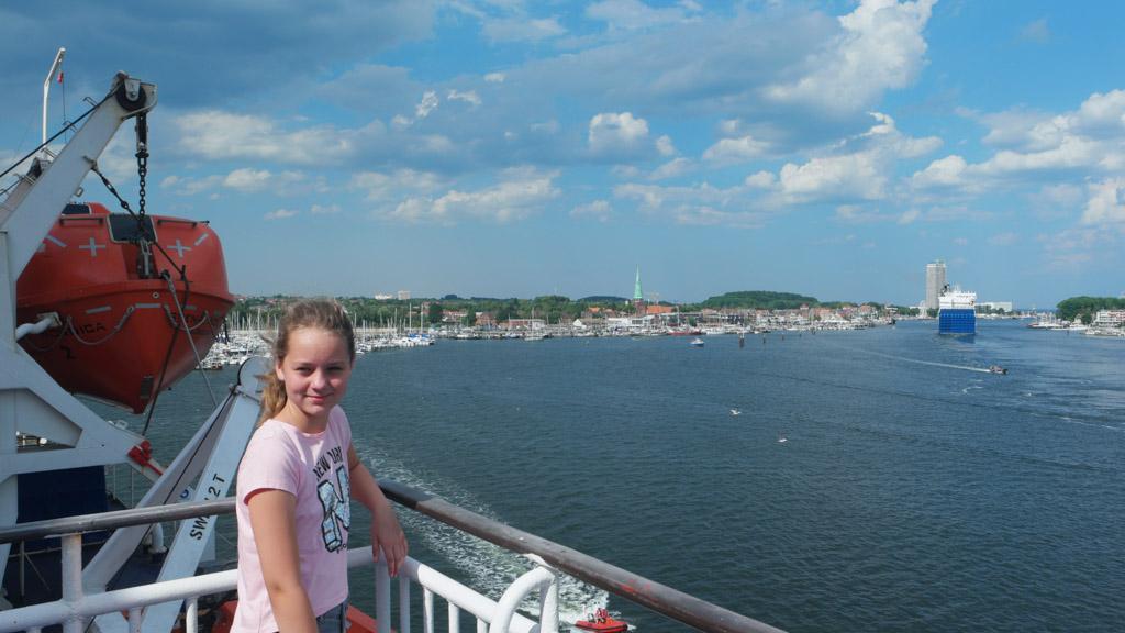 Voordat we vertrekken kijken we vanaf het dek al naar alle bedrijvigheid in de haven van Travemünde.