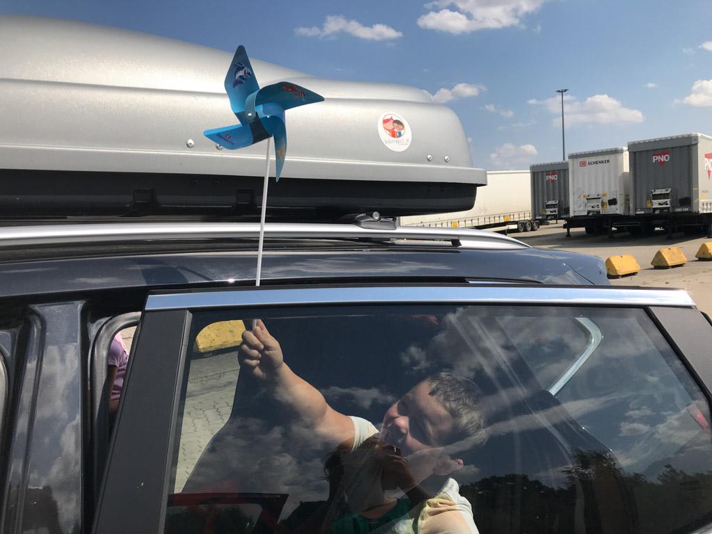De kinderen krijgen een windmolentje, leuk voor tijdens het wachten voordat we de boot op mogen.