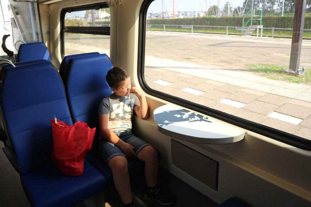 Camiel vindt het erg leuk om met de trein te reizen.
