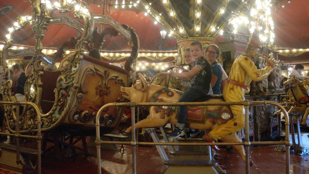 Nagenieten van CARO tijdens een ritje in de Efteling Carrousel.
