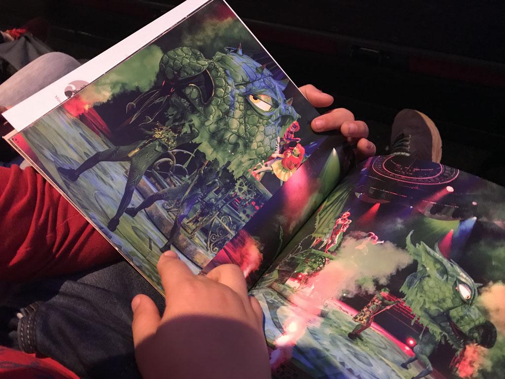 Voordat de voorstelling begint heeft onze jongste de draak al in het programmaboekje gespot.